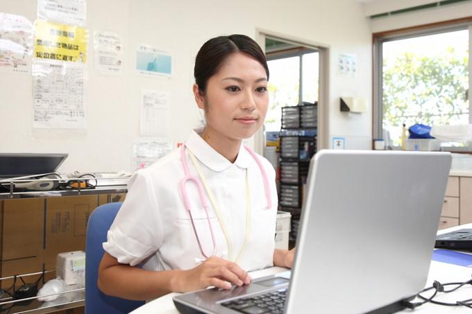 パソコンで仕事をしている看護師さん
