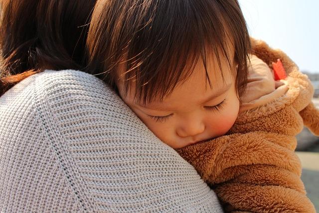 抱っこで寝ている赤ちゃん